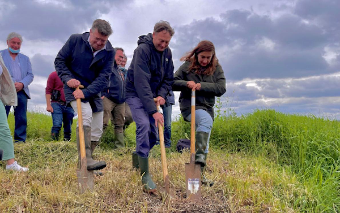 Minister Demir stak samen met Wim Destoop (PepsiCo) en Bart Vangansbeke (Natuurpunt) de spade in de grond om de natuur te vernatten in De Blankaart